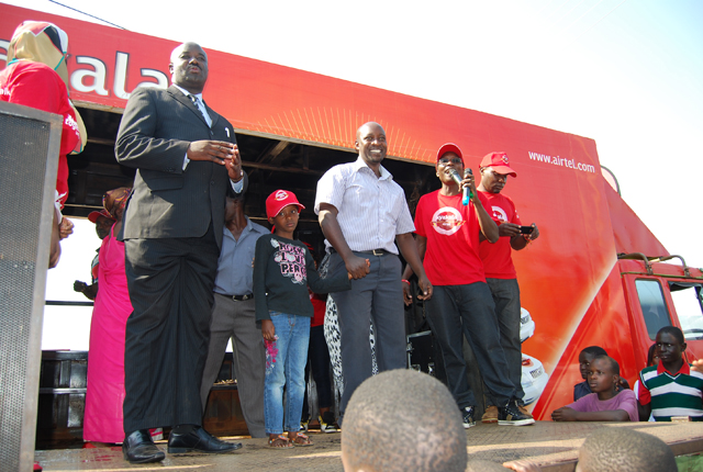 Airtel officials with Amooti (C) after he was declared the winner of 7th Airtel Toyota Harrier
