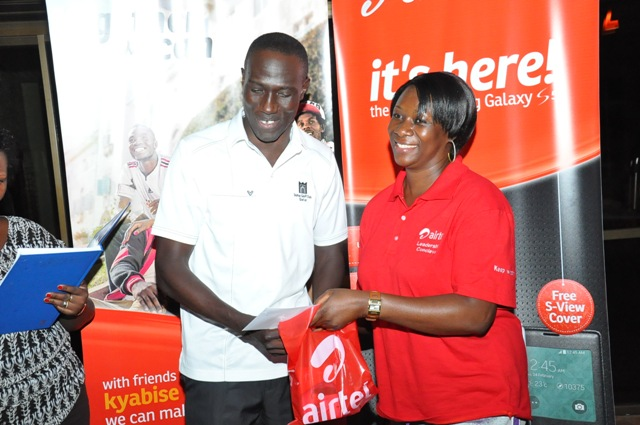 Airtel Customer service director, Ms. Giles awards one of the achievers of the golf sgame