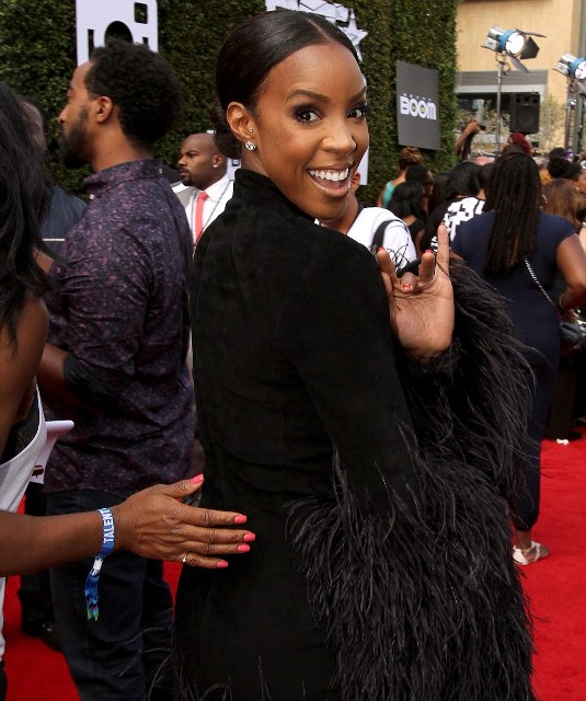 The 34-year-old singer Kelly Rowland flashed a megawatt smile as she turned around with a wave