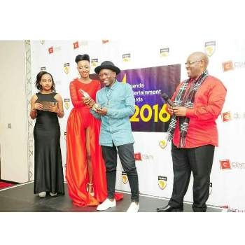 Lydia Jazmine and Geo Steady receive their award for the best collabo
