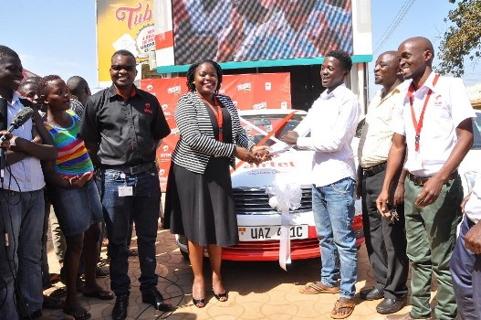 Remmie Kisakye Airtel's Head of Brand and Communications hands over the car ket to Steven Byamukama the 5th recharge and mujje tulumbe car winner
