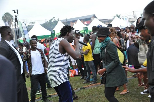 levixone-with-a-fan-performing-at-blankets-wine