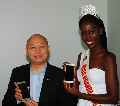 (L-R), Wang Hua, Deputy Managing Director – Huawei Technologies and Miss Uganda 2016 – Leah Kagasa pose with Huawei's flagship phone Huawei P9 during a courtesy meeting held at Miss Uganda offices on October 25th 2016. Huawei P9 features two rear-facing camera lenses made in conjunction with Leica Camera AG